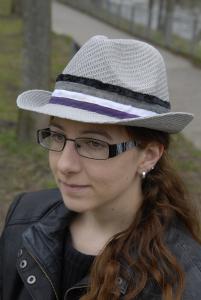 Die DeWinter mit schwarzer Brille und asexy Hütchen